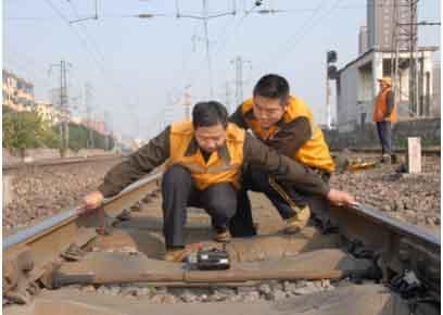 郑铁洛阳电务段把牢冬季轨道电路安全脉搏