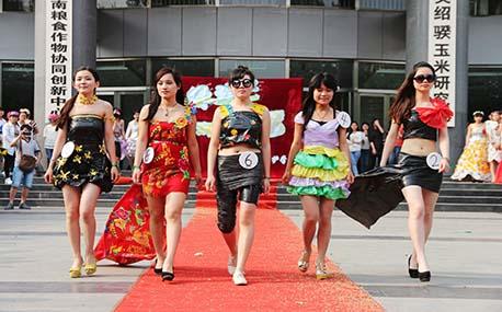 郑州大学生废旧物品做服装