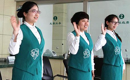 谈谈礼貌用语,微笑服务对超市员工工作的重要性及.
