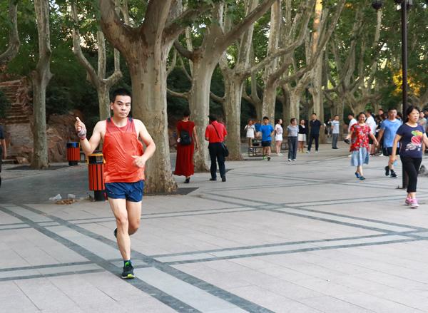 陽光健身 快樂運動 晨練走在朝霞裏