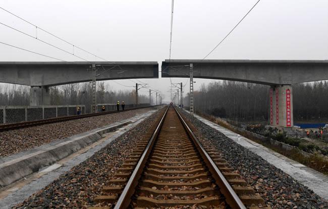 鄭萬高鐵跨寧西鐵路連續梁轉體成功