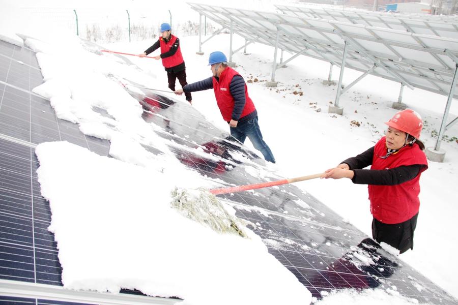 河南内乡:大雪中的光伏板除雪队