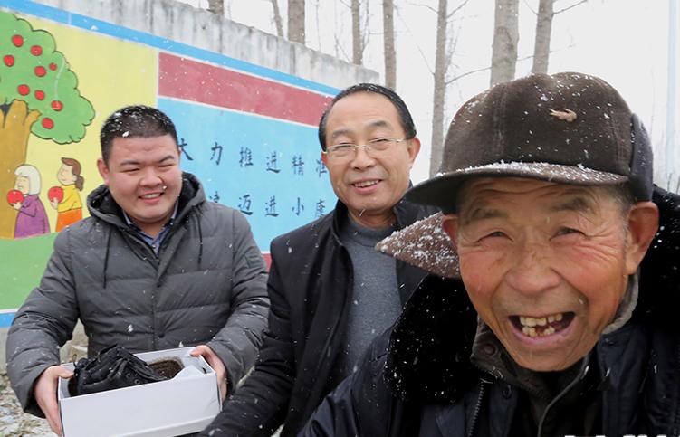 河南宝丰:踏雪入村送温暖