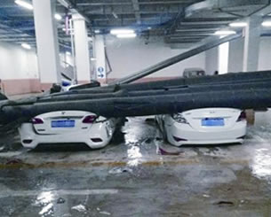"""郑州一小区暖气管道砸""""扁""""9辆车 到底啥原因"""