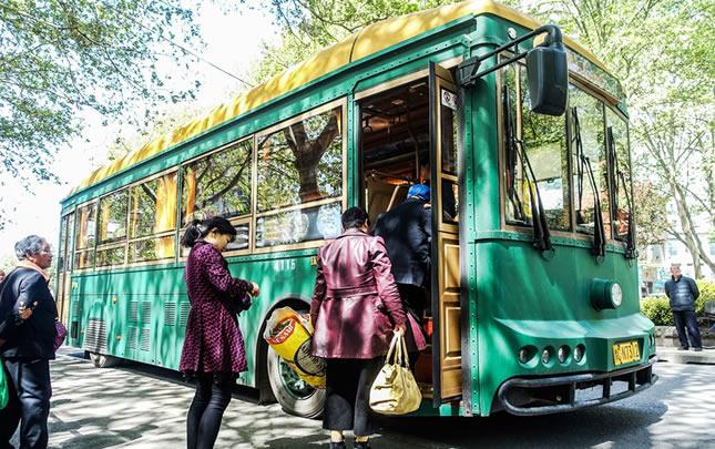 洛阳:复古纯电动公交车上路试运营