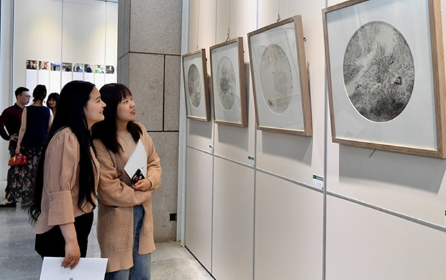 郑州大学美术学院新进教师作品展开幕