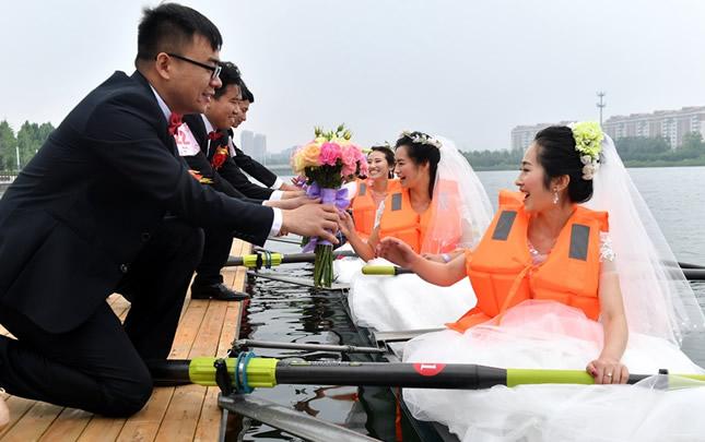 26对新人在郑州龙子湖举行集体婚礼