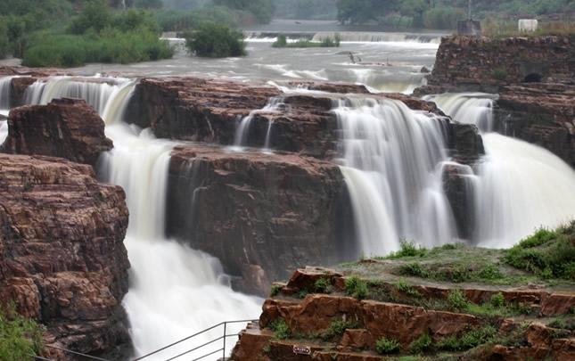"""安阳红旗渠现""""漳河小壶口""""瀑布景观"""