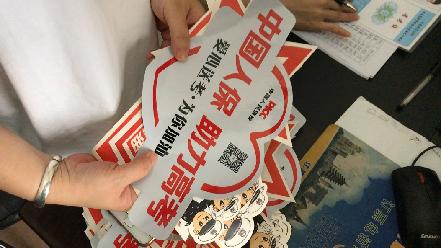 """郑州:交警发放""""爱心助考""""车贴 高考期间不限行"""