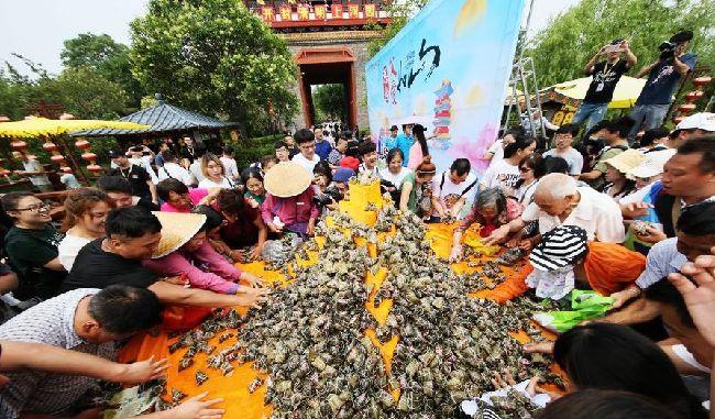 迎端午:清明上河园万枚粽子送游客