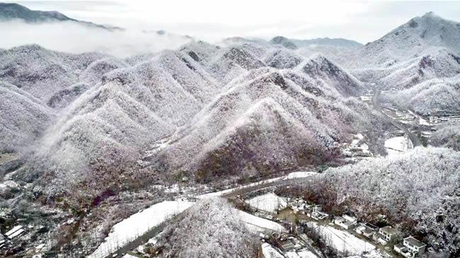 【航拍】西泰山:雪後倣若水墨畫卷