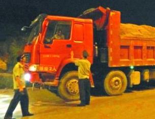 遏制PM10數值攀升趨勢 鄭州市嚴打渣土車違規運輸