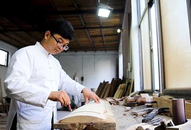 徐場村古琴是純手工制作,制作工藝復雜嚴謹,涉及大大小小200多道工序。