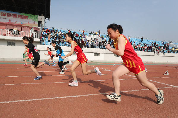 河南開封:中小學運動會上展風採