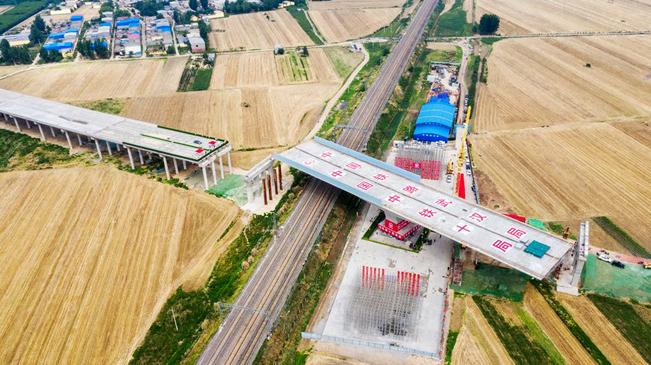 河南平頂山大西環跨孟寶鐵路立交橋成功轉體