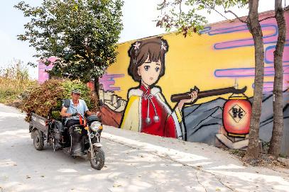 河南輝縣:農家墻壁上的美麗畫作